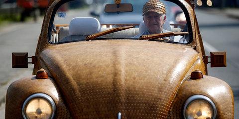 Bosnian pensioner covers Volkswagen Beetle with 50,000 oak pieces