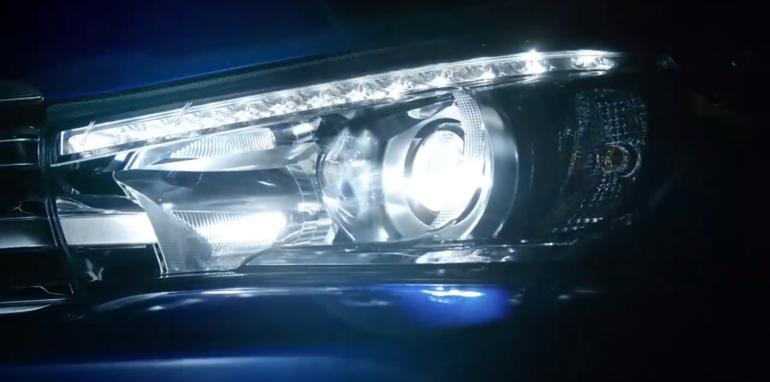 2016_Toyota_HiLux_Headlight