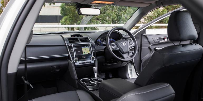 2015-honda-accord-hybrid-toyota-camry-hybrid-lexus-is300h-hybrid-comparison-41