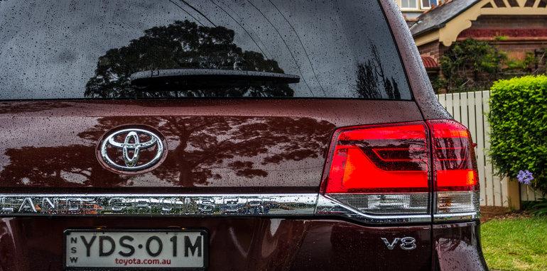 2016 Toyota LandCruiser 200 Series v 2016 Lexus LX570-44