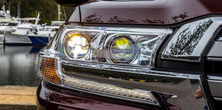 2016 Toyota LandCruiser 200 Series v 2016 Lexus LX570-5