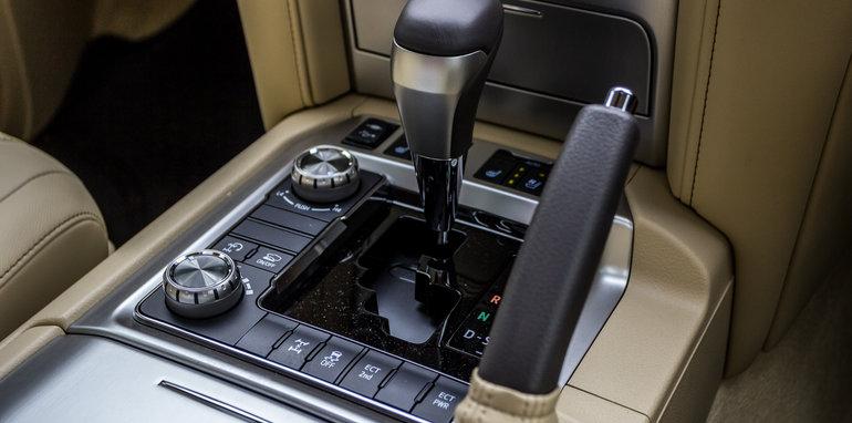 2016 Toyota LandCruiser 200 Series v 2016 Lexus LX570-68