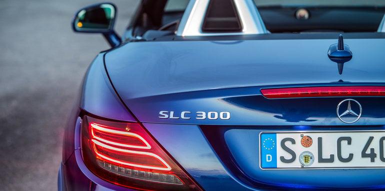 Das neue S-Class Cabriolet und der neue SLC, Côte d'Azur 2016, Mercedes Benz SLC 300, brillantblau metallic, Leder: exclusiv beige <> The new S-Class Cabriolet and the new SLC, Côte d'Azur 2016, Mercedes Benz 300, brillantblue , Leather: Two-tone exclusive nappa platinum white pearl / black Kraftstoffverbrauch kombiniert: 5,8 (l/100 km), CO2-Emissionen kombiniert: 134 (g/km) Fuel consumption, combined: 5.8 (l/100 km), CO2 emissions, combined: 134 (g/km)