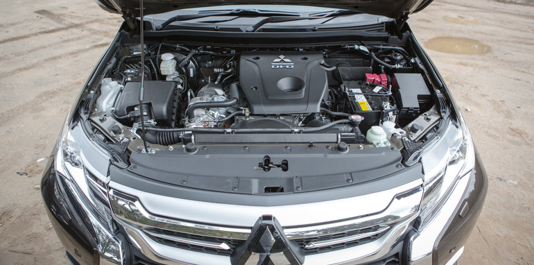 2016 Toyota Fortuner GXL V Mitsubishi Pajero Sport Exceed-35