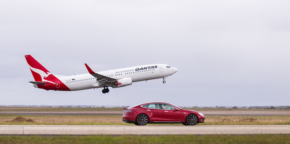 Tesla Model S P90D with Ludicrous Mode v Qantas Boeing 737: Drag Race