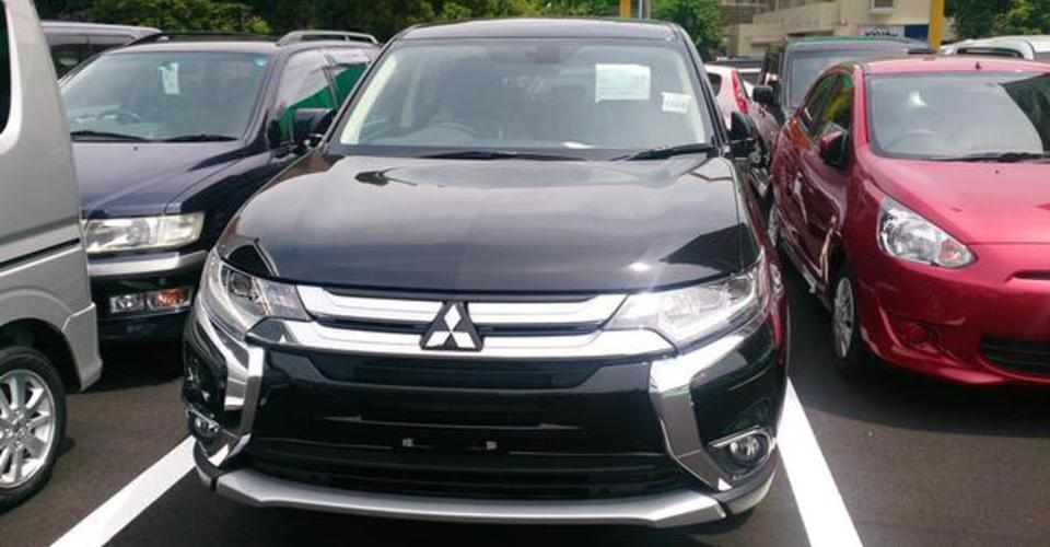 2016 Mitsubishi Outlander PHEV facelift spied - Photos (1 ...