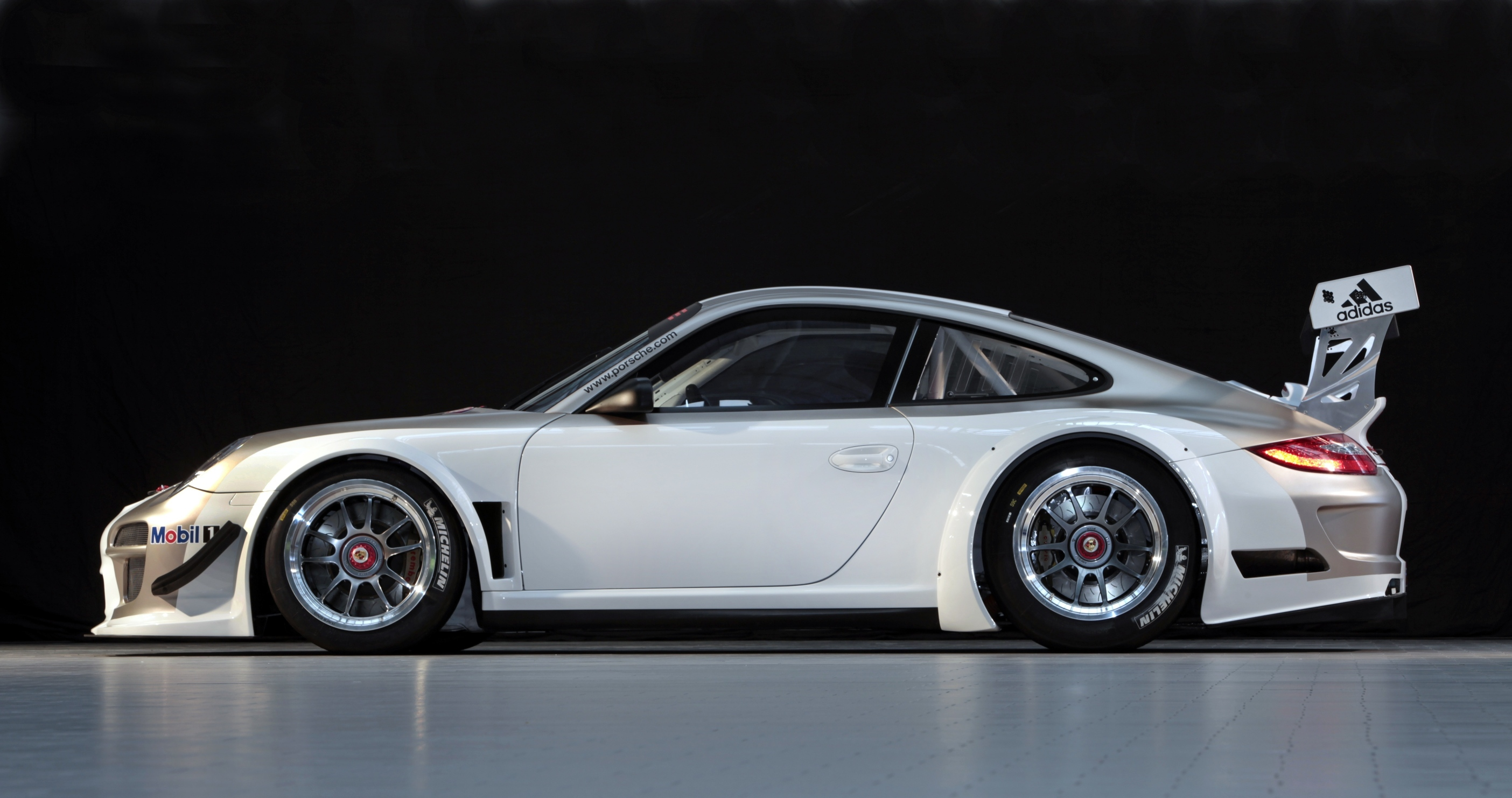 porsche 911 gt3 r race car launched photos 1 of 4. Black Bedroom Furniture Sets. Home Design Ideas