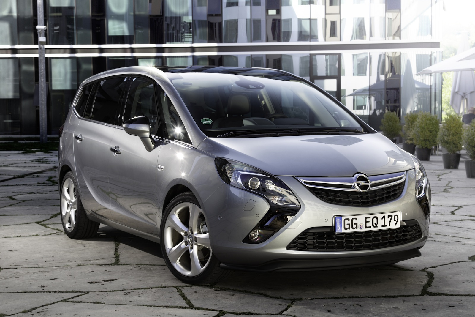 2017 opel zafira facelift unveiled photos 1 of 8