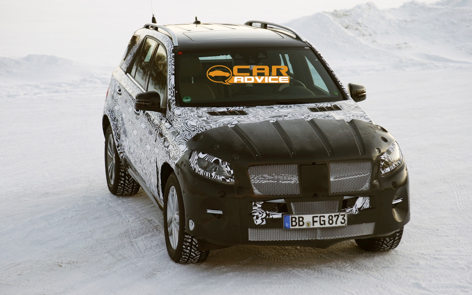 Mercedes benz ml class facelifted large suv spied for Mercedes benz big car