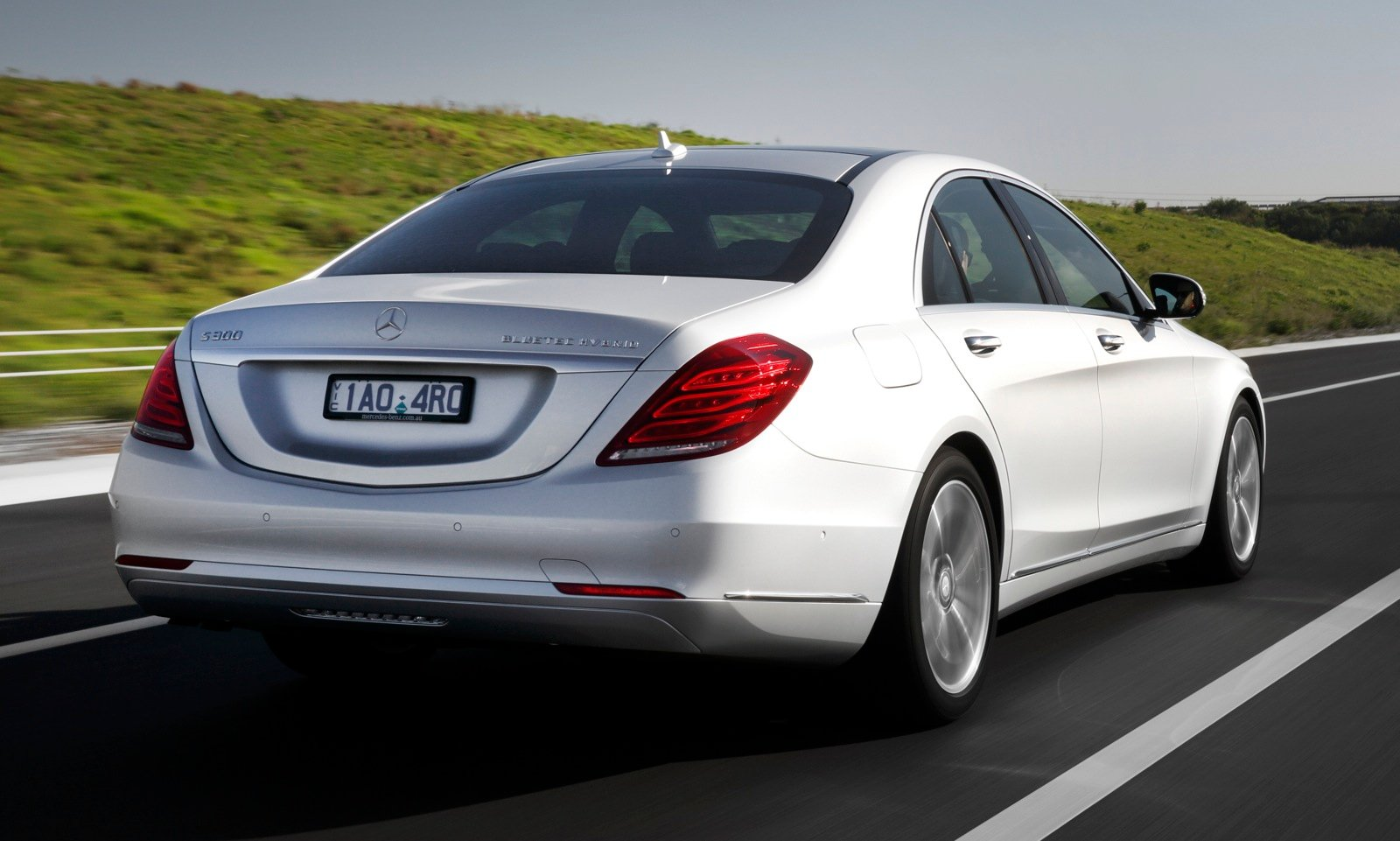 Mercedes benz s class range expands s300 bluetec hybrid for Mercedes benz blue tec