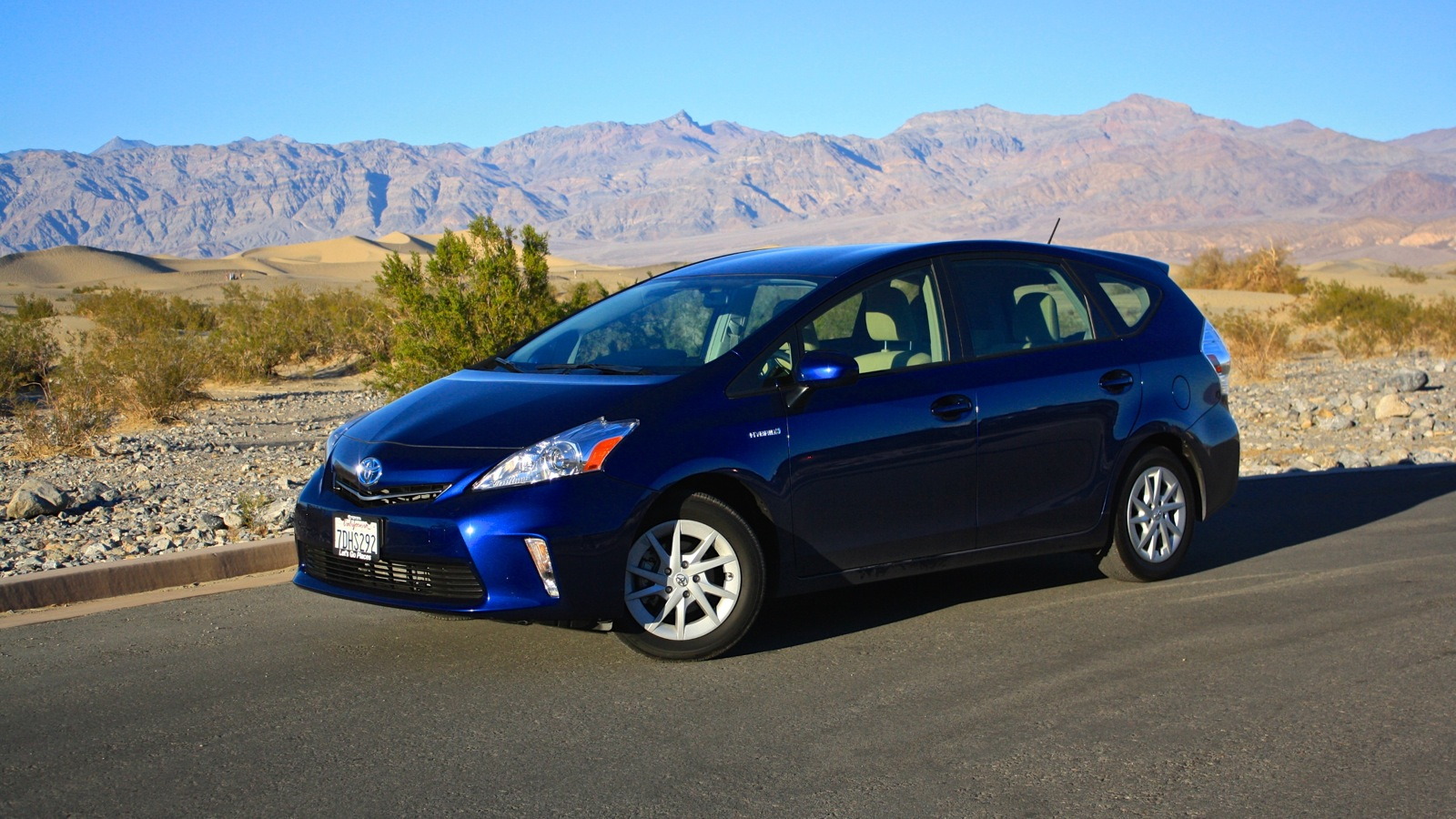 2014 toyota prius v wagon review pricing pictures holidays oo. Black Bedroom Furniture Sets. Home Design Ideas