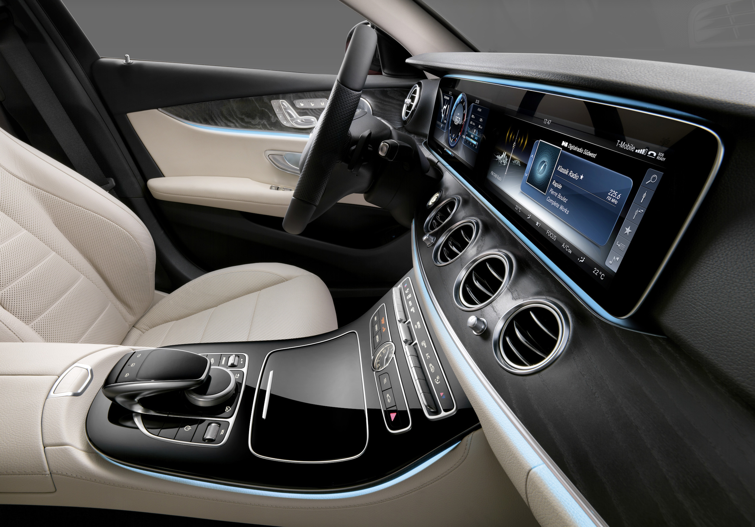 2016 mercedes benz e class interior revealed photos 1 of 8 for Mercedes vito interieur