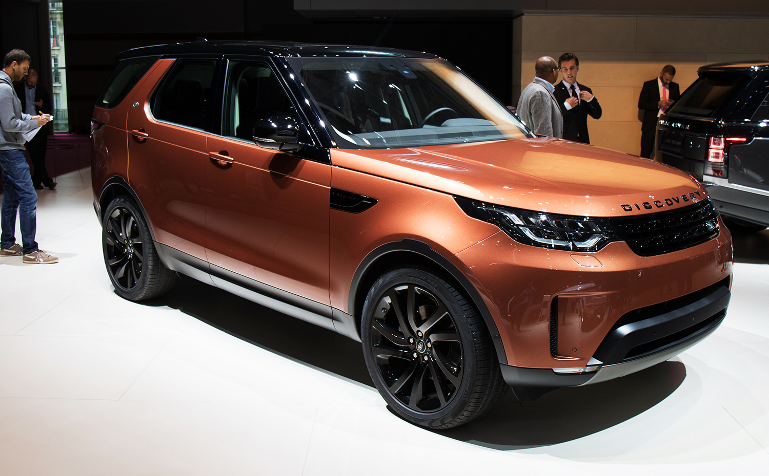 2017 land rover discovery revealed in paris full details on big new family suv photos 1 of 63. Black Bedroom Furniture Sets. Home Design Ideas
