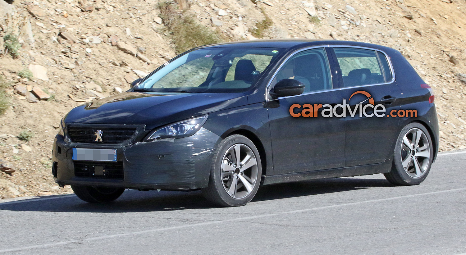 2017 Peugeot 308 facelift spied - Photos (1 of 9)