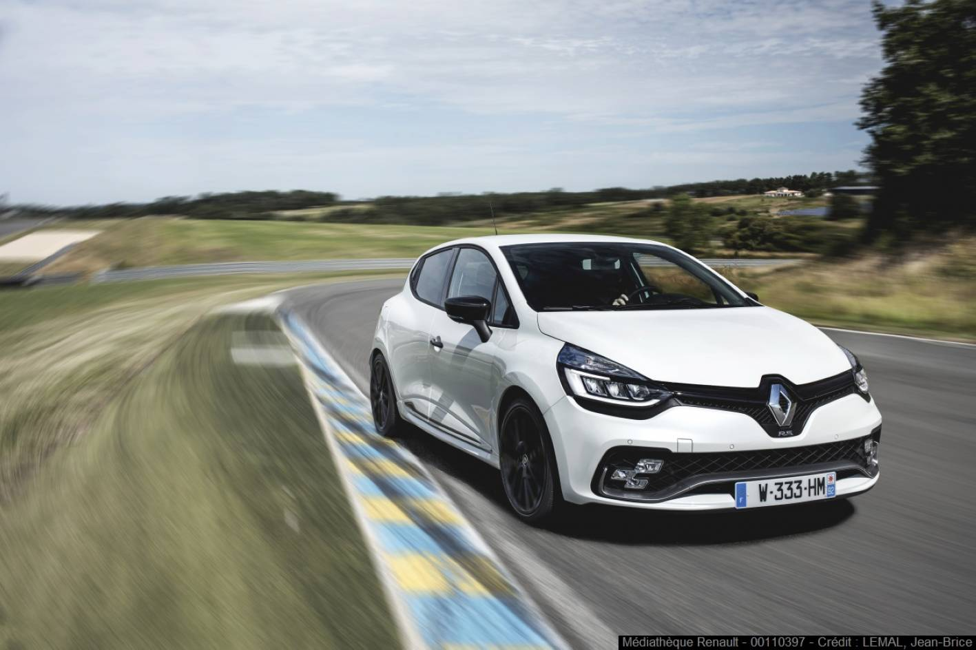 2018 renault clio rs trophy pricing and specs photos 1 of 7. Black Bedroom Furniture Sets. Home Design Ideas