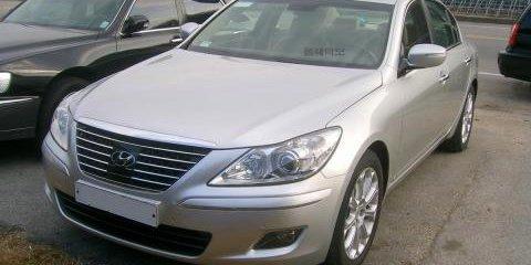 Hyundai Genesis sedan spied