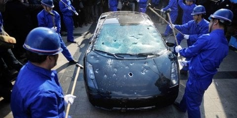 Video: Disgruntled Lamborghini owner sledgehammers Gallardo