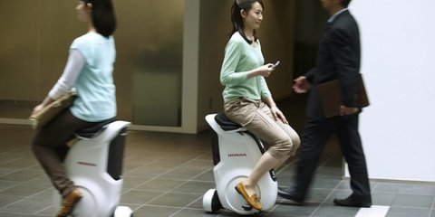 Honda demonstrates self-balancing bike, improved voice recognition technology