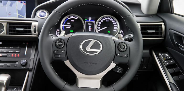 2013 Lexus IS 300h Luxury steering wheel