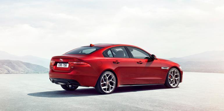 2015-Jaguar-XE_17