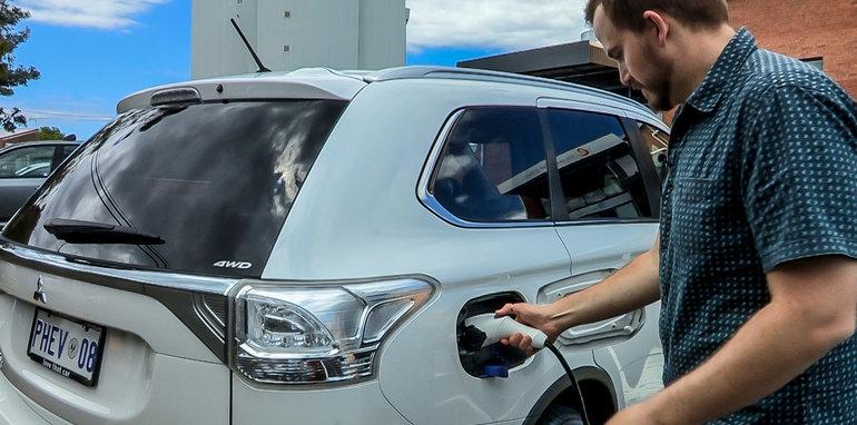 Mitsubishi Outlander PHEV v diesel test_11