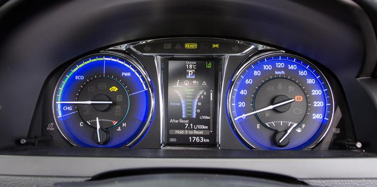 2015-honda-accord-hybrid-toyota-camry-hybrid-lexus-is300h-hybrid-comparison-52