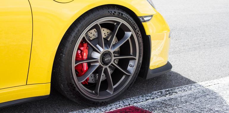 2015-mercedes-amg-gts-V-porsche-911-gt3-comparison-0-35