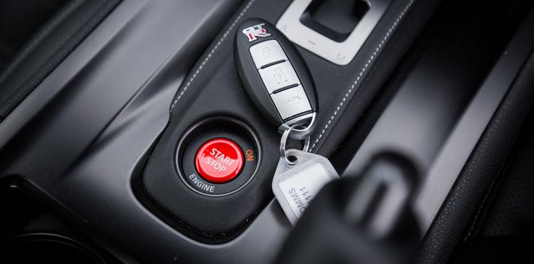 2015-porsche-911-turbo-v-nissan-gtr-comparison-19