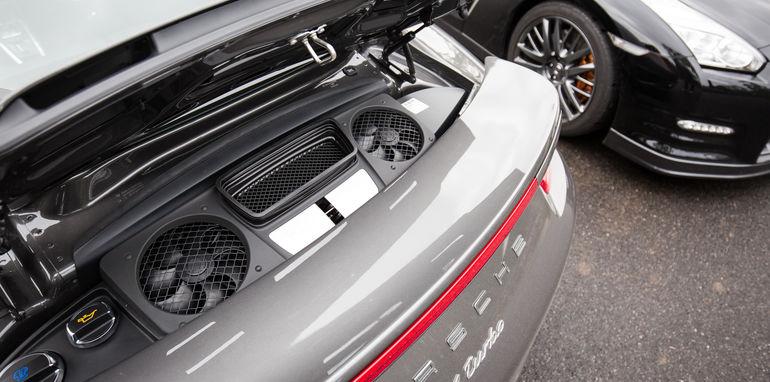 2015-porsche-911-turbo-v-nissan-gtr-comparison-45