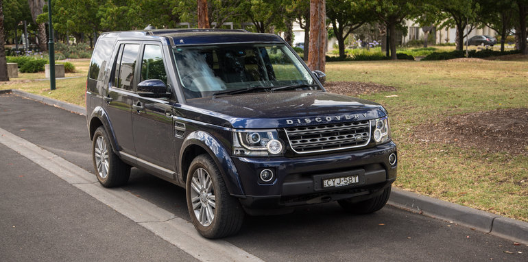2016-ford-everest-titanium-v-land-rover-discovery-sdv6-se-comparison-123