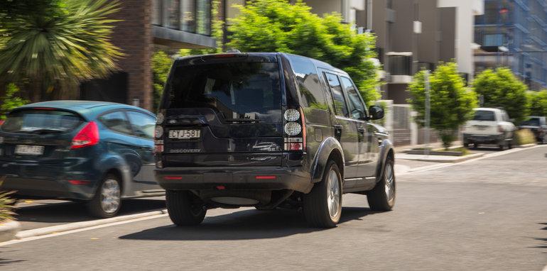 2016-ford-everest-titanium-v-land-rover-discovery-sdv6-se-comparison-132
