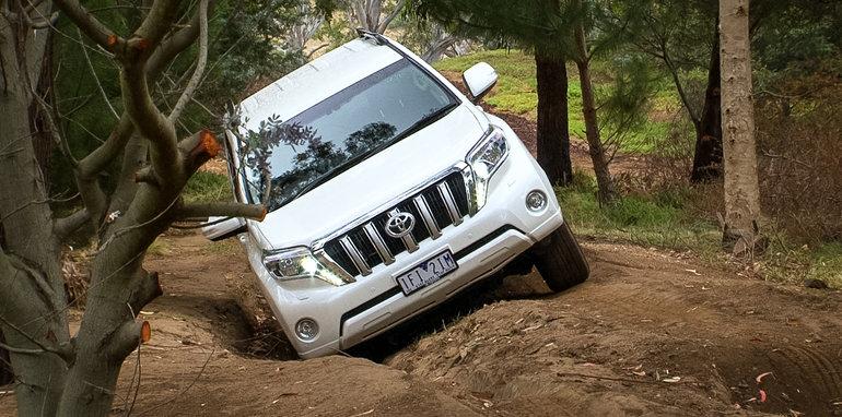 2016-toyota-prado-ford-everest-off-road-comparison-3