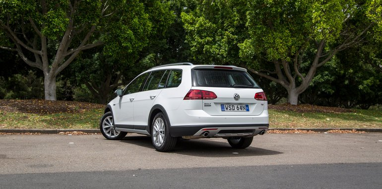 2016-volkswagen-golf-alltrack-comparison-7