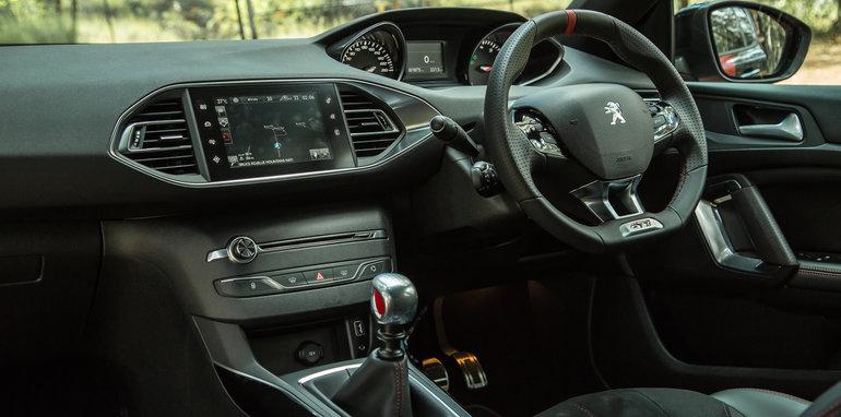2016 Volkswagen Golf GTI Performance v 2016 Peugeot 308 GTi 270132