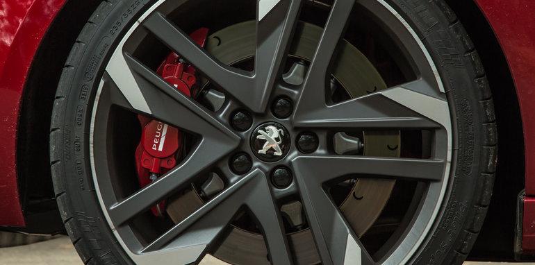 2016 Volkswagen Golf GTI Performance v 2016 Peugeot 308 GTi 27022