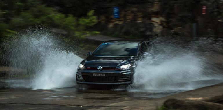 2016 Volkswagen Golf GTI Performance v 2016 Peugeot 308 GTi 27078
