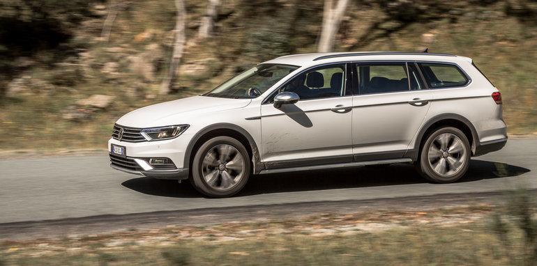 2016 Volkswagen Passat Alltrack 2.0TDI v 2016 Subaru Outback 3.6R Premium-35