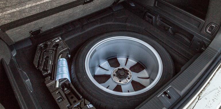 2016 Volkswagen Passat Alltrack 2.0TDI v 2016 Subaru Outback 3.6R Premium-52