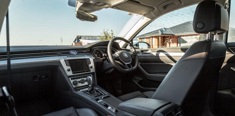 2016 Volkswagen Passat Alltrack 2.0TDI v 2016 Subaru Outback 3.6R Premium-56