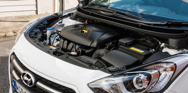 2016 Hyundai i30 Active v 2016 Kia Cerato S-13