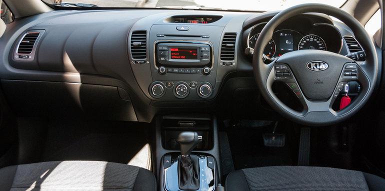 2016 Hyundai i30 Active v 2016 Kia Cerato S-19