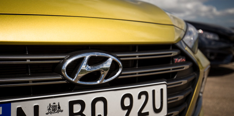 2016-honda-civic-rs-v-hyundai-elantra-sr-turbo-comparison-8