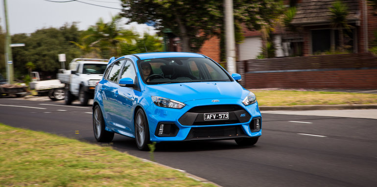 2017-ford-focus-rs-v-bmw-m140i-comparison-57