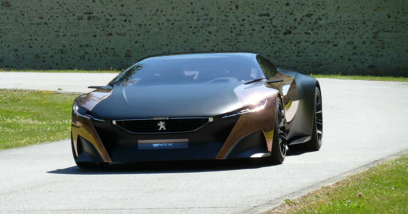 Peugeot Onyx concept bound for Goodwood, taking passengers ...