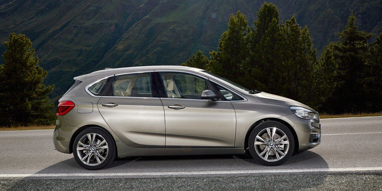 bmw 2 series active tourer 216d 220d 220i xdrive variants expand mpv range photos 1 of 3. Black Bedroom Furniture Sets. Home Design Ideas
